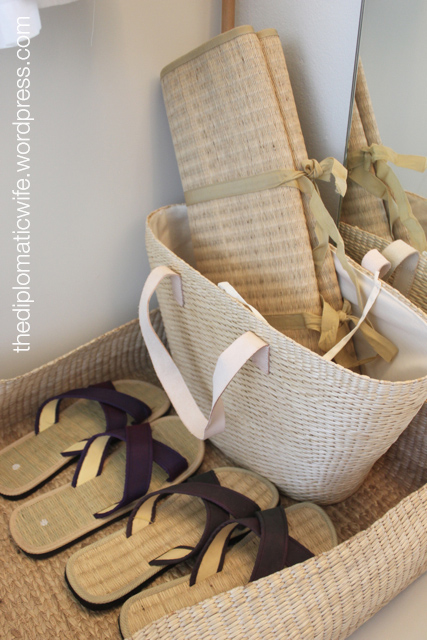 Sala Phuket Boutique Resort : beach sandals, bag and mat for lounging in the beach
