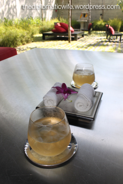 Sala welcome drink, lemon grass iced tea, and cool towelettes